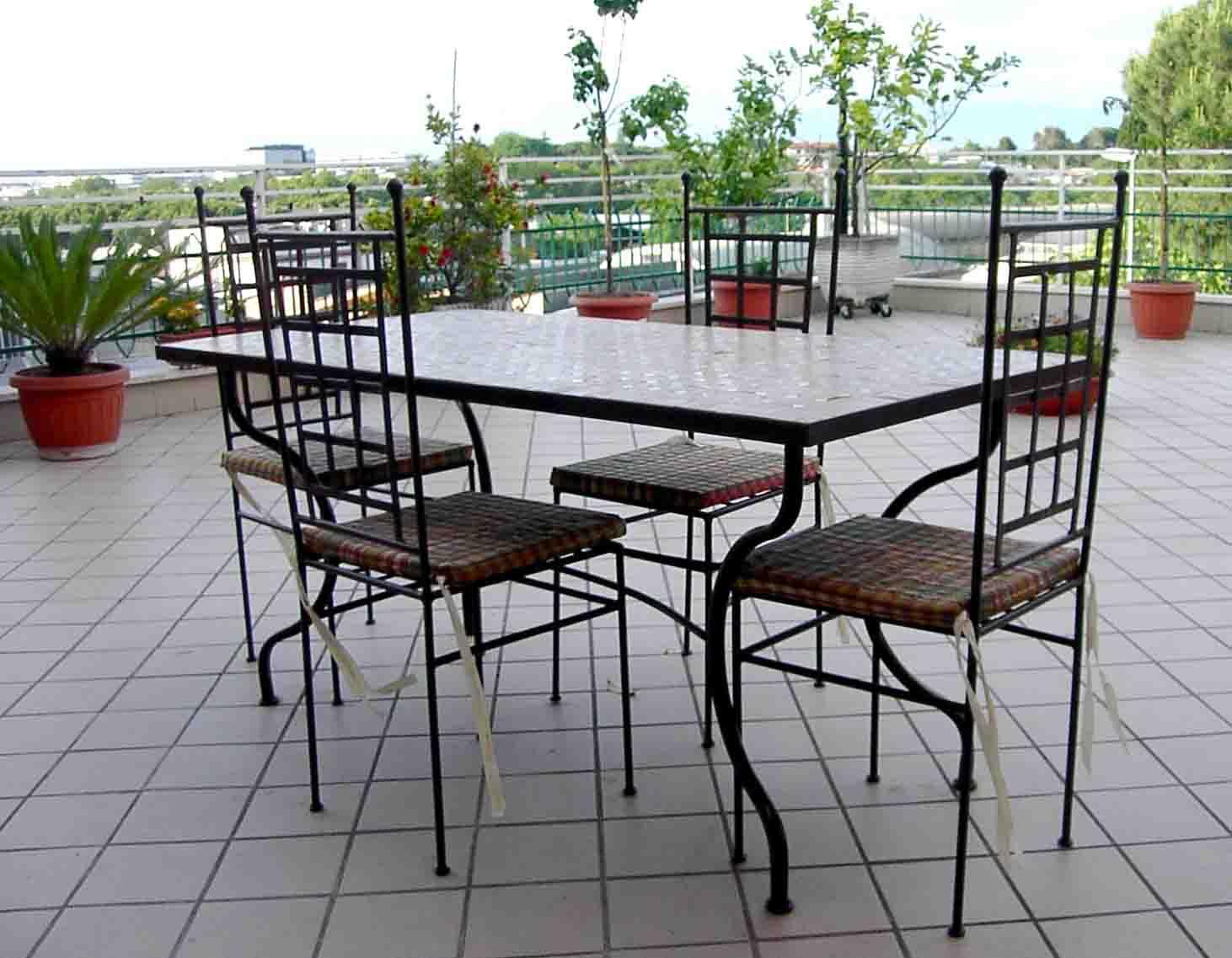 Tavolo zellige articolo prodotto Marocchino, Tavolo con struttura in ferro battuto e piano in Z